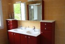 Salle de bains ROCCHETTI modèle PRISMA polymère rouge plan vasque moulé.
