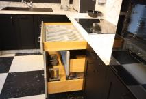 Cuisine expo modèle AURELIE laquée noir profond et alu blanc mat.