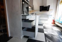 Nouvelle expo cuisine modèle Minéral Chromix blanc poignée profil en noir mat.